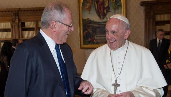 Papa Francisco y Pedro Pablo Kuxzynski. (EFE)