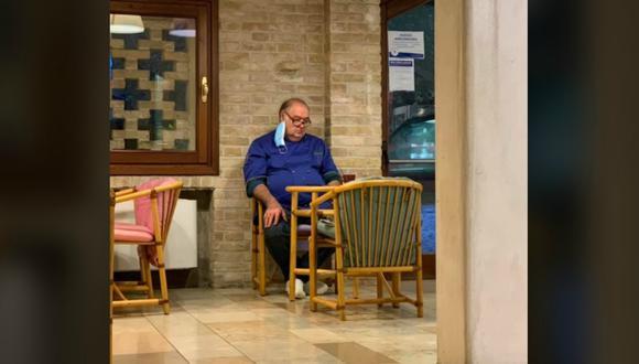 Un hombre de Italia se sentó en la entrada de su restaurante y miró al suelo bastante preocupado ante las nuevas restricciones que impuso el gobierno para frenar la propagación del covid-19. La foto se volvió viral inmediatamente. (Foto: Elena Tonon / Facebook)