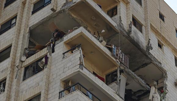 Una vista parcial muestra los apartamentos dañados de la torre Al-Qahira (El Cairo) en la ciudad de Gaza el 16 de mayo de 2021, luego del masivo bombardeo israelí en el enclave controlado por Hamas. - El ejército de Israel dijo que había bombardeado la casa del líder político del grupo islamista Hamas en la Franja de Gaza, cuando el Consejo de Seguridad de la ONU se reunía en medio de la alarma mundial por la escalada del conflicto. (Mahmud hams / AFP)