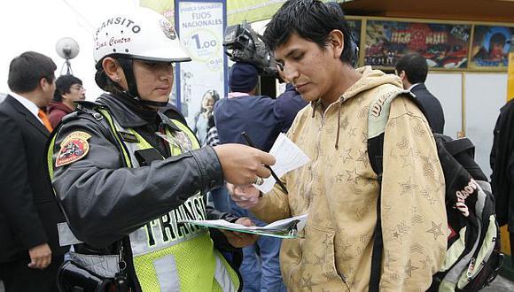 La Policía muchas veces no puede imponer la multa porque los peatones huyen o no se quieren identificar (Perú21)