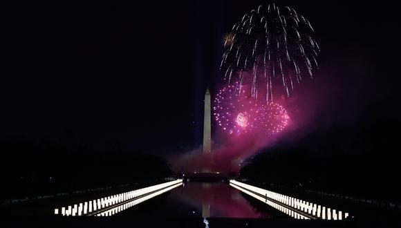 """Espectáculo de fuegos artificiales durante el evento """"Celebrating America"""" en el Lincoln Memorial después de la toma de posesión de Joe Biden como el 46o Presidente de los Estados Unidos en Washington, DC.  (Foto: EFE / Joshua Roberts / Pool)"""