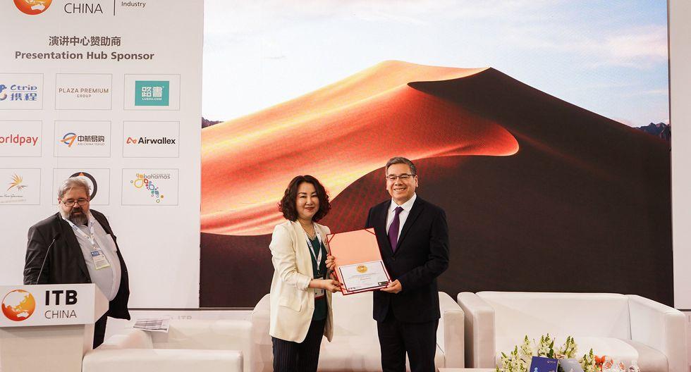 En representación de PROMPERÚ, cónsul general de Perú en Shanghái, Zósimo Roberto Morillo Herrada, recibe el premio CTW 2019 (Foto: Difusión)
