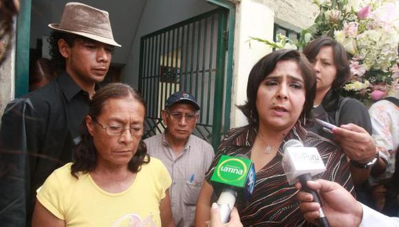 Ministra Ana Jara le expresó sus condolencias a los deudos de Leyla Zegarra. (Andina)