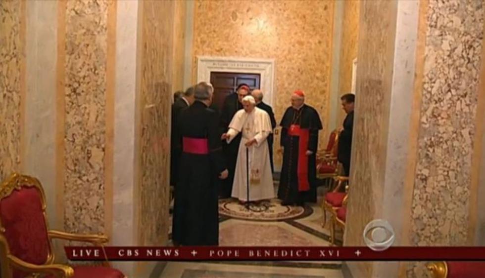 El Papa abandonó su departamento acompañado de sus ayudantes más cercanos. (CBS/TV Vaticano)