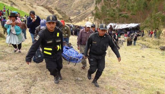 FATALIDAD. Policías ayudaron con el rescate de los cadáveres. (Andina)