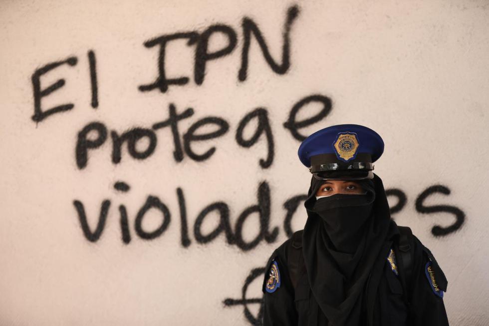 Una activista posa junto a un grafiti en el Instituto Politécnico Nacional, en Ciudad de México. (EFE/Sáshenka Guitiérrez).