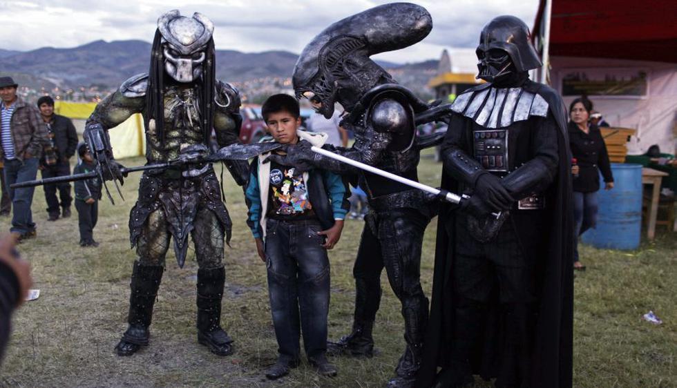 Un niño posa con personajes de ciencia ficción en la feria agropecuaria de Canaán. (AP)