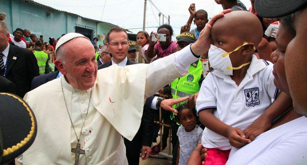 Francisco impone sus manos sobre un niño durante su visita en Cartagena de Indias. (EFE)