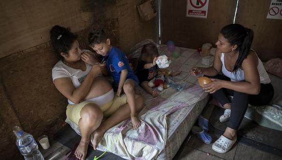 Nayleth, su esposo y sus dos hijos pequeños llegaron a vivir en un camión estacionado en Magdalena. Compartían el vehículo con otra familia venezolana. (Foto archivo GEC)