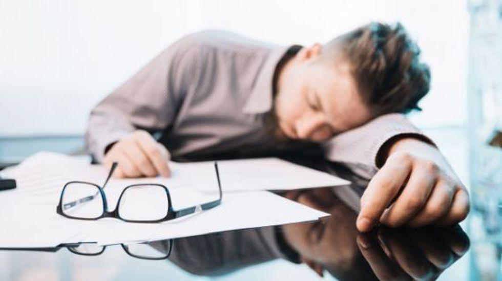 El agotamiento laboral origina dolores de cabeza. (Foto: Freepik)