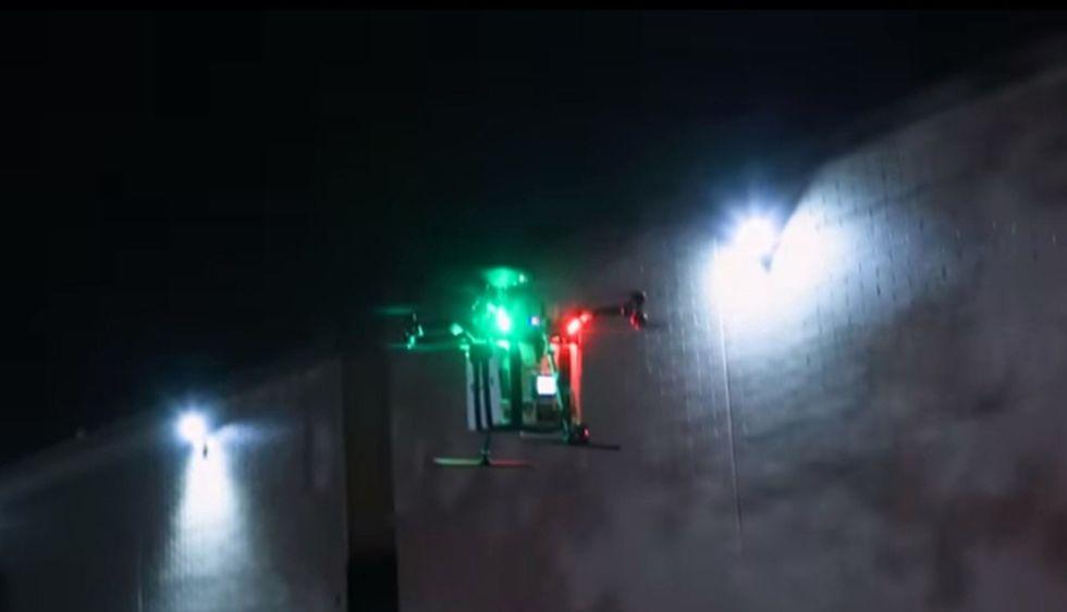 Imagen fija de un video muestra el despegue del dron al entregar un riñón para trasplante en el UMMC en Baltimore, Maryland. (Foto: AFP)
