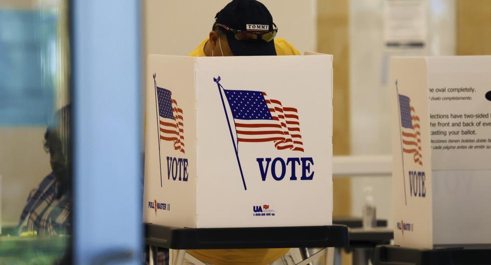 Un ciudadano emite su voto en las elecciones presidenciales de Estados Unidos en la Biblioteca Pública C. Blythe Andrews, Jr. en Tampa. (EFE/EPA/PETER FOLEY).