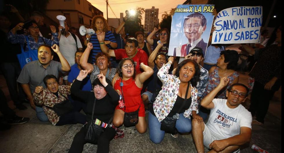 Los manifestantes formaron una barrera humana para impedir el traslado de Alberto Fujimori al penal de Barbadillo. (Francisco Neyra / GEC)