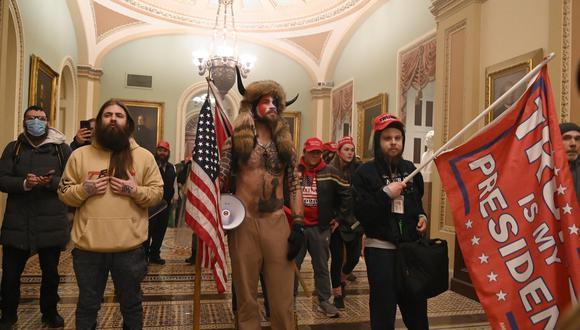 Un grupo de asaltantes del Capitolio. (Foto: Saul LOEB / AFP).
