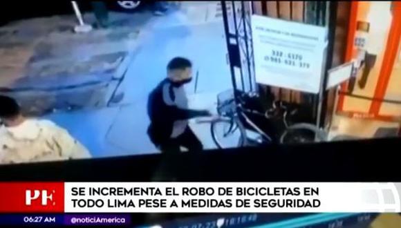 Preciso instante en que delincuentes se llevan una bicicleta estacionada en la cuadra 8 de la Av. Guzmán Blanco en Jesús Marúa. (Captura de video América TV)