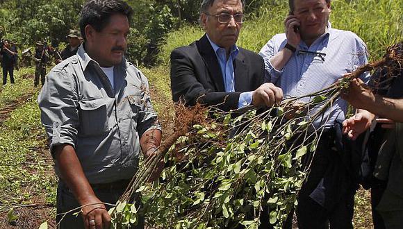 Cáceres (Izq.) es el encargado de supervisar las labores de erradicación en Bolivia. (AP)