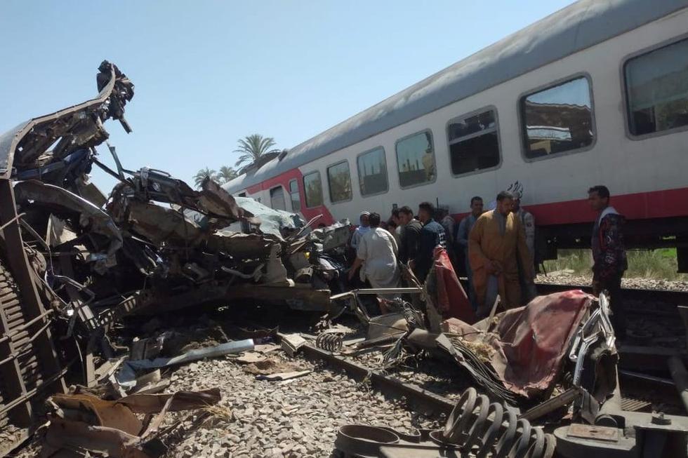 """La Autoridad de Ferrocarriles egipcia afirmó que el accidente que ha dejado este vienes al menos 32 muertos y 91 heridos fue causado por """"personas desconocidas"""" que activaron el freno de emergencia de un tren, lo que hizo que otro chocara con él y que dos vagones volcaran. (Texto: EFE / Foto: Reuters)."""
