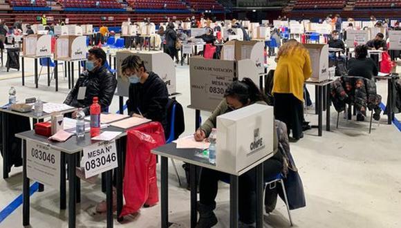 Imagen de peruanos votando en Italia. (Foto: Cancillería del Perú).