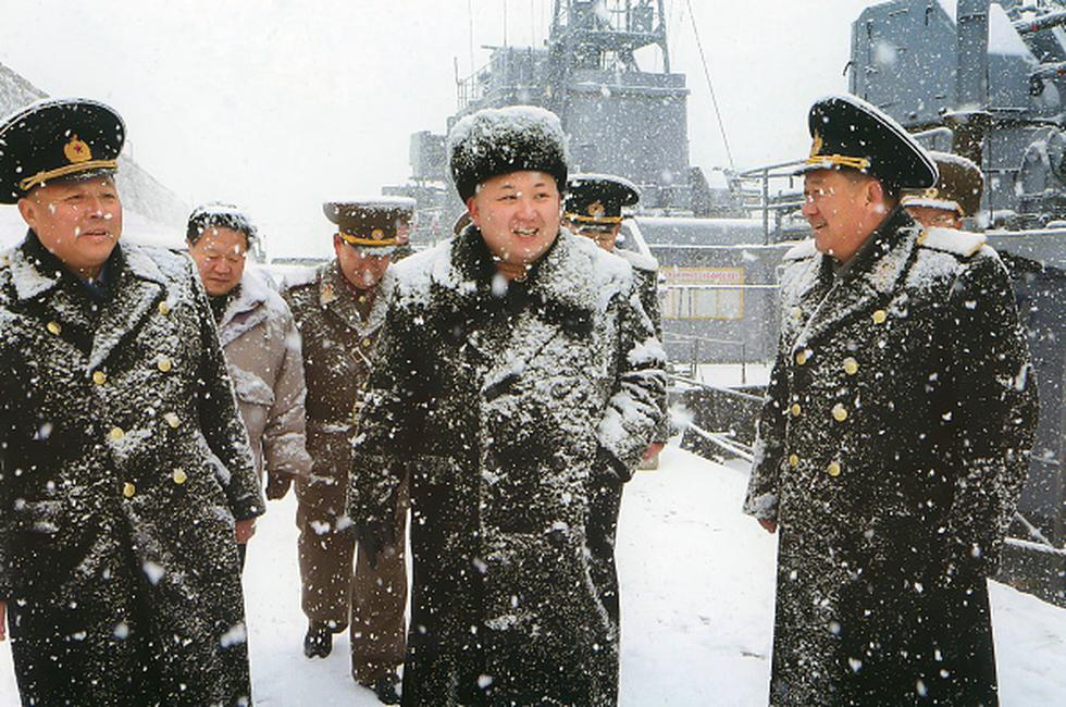 Kim Jong-un supervisa los mandos de la Marina en el 2014. (Foto: Getty Images)