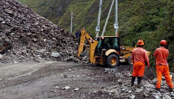 Maquinaria de Provías Nacional realiza la limpieza para despejar la vía. (Foto: Twitter)