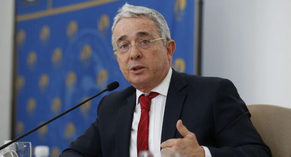 Se enfrenta Álvaro Uribe dice que el Gobierno prefirió la imposición. (EFE)