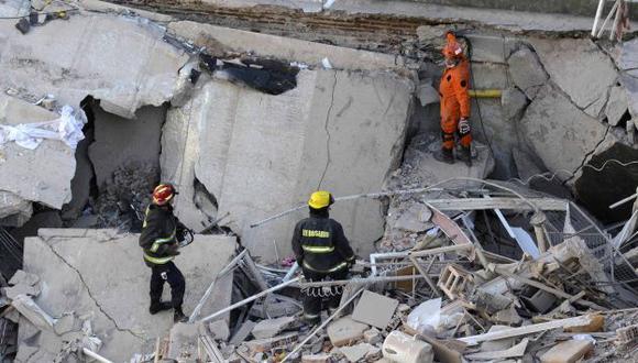 Rescatistan tratan de hallar a más sobrevivientes. (Reuters)