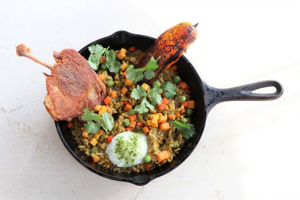 DE LOS BUENOS. Este arroz con pato se presenta en una curiosa sartén. La carne es crocante, suave y delicada. (Esther Vargas)