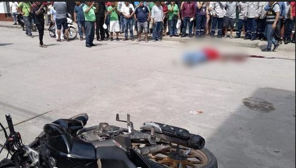 Los delincuentes huyeron del lugar dejando abandonada la motocicleta en la que se trasladaban junto al cadáver del agente. (PNP)