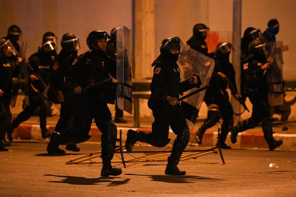 La policía de Tailandia disparó balas de goma, cañones de agua y gases lacrimógenos a los manifestantes prodemocracia concentrados el domingo en Bangkok delante de la residencia del primer ministro. (Foto: Lillian SUWANRUMPHA / AFP)