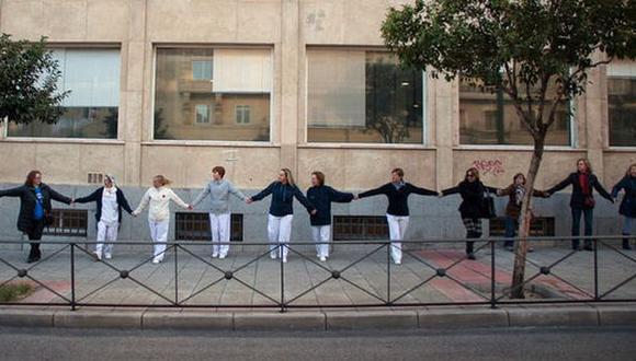 Ciudadanos abrazaron hospitales en señal de protesta. (Eldiario.es)