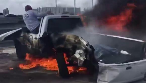 Dos valerosos transeúntes evitaron que un automovilista muriera consumido por el fuego que envolvía su vehículo mientras el resto se quedó cruzado de brazos. (Foto: Inside Edition en YouTube)