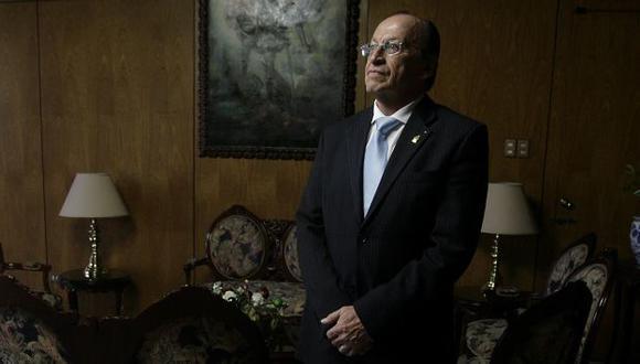 DAVID Y GOLIAT. Con toda la fuerza de su cargo, el fiscal exige que un humilde taxista lo indemnice. (Alberto Orbegoso)