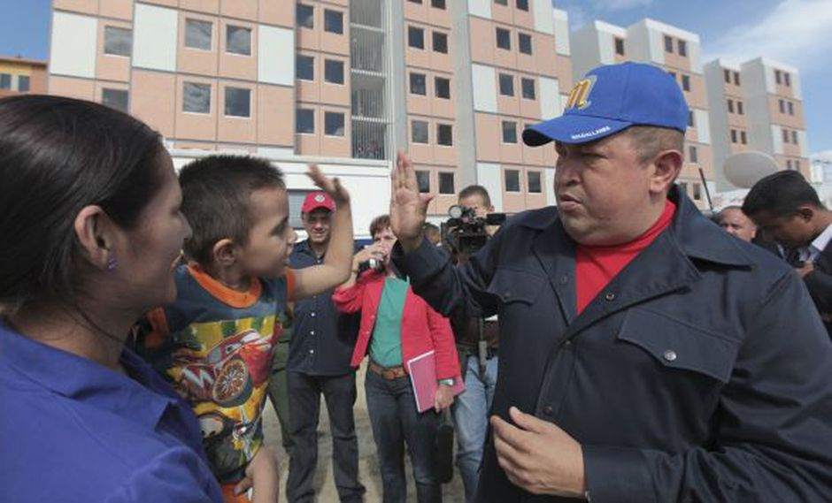 Chávez Frías entregó viviendas a los damnificados. (Reuters)