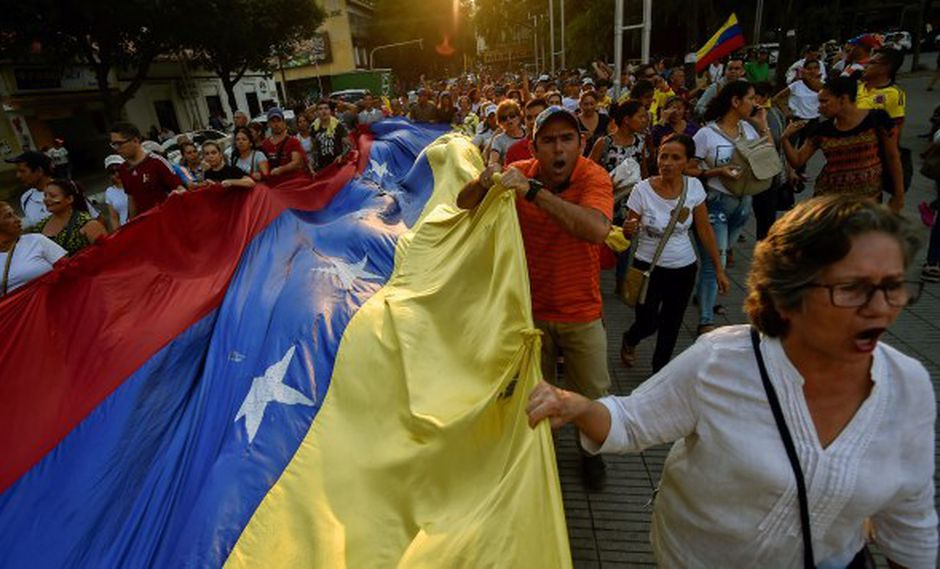 Venezolanos participan en una protesta contra el gobierno del presidente Nicolás Maduro en la plaza Santander en Cúcuta. (Foto: AFP)