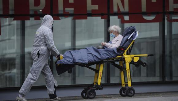 Personal médico con máscaras faciales protectoras transporta a un paciente en una camilla dentro del Hospital Tenon en París, Francia, 28 de octubre de 2020. (EFE/EPA/JULIEN DE ROSA).