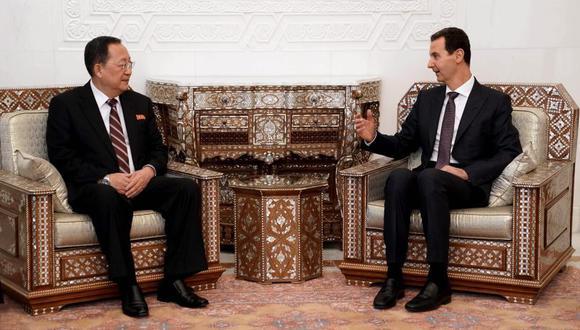 El presidente sirio, Bashar al Asad, y el ministro norcoreano de Exteriores, Ri Yong Ho, durante una reunión en Damasco. (Foto: EFE)