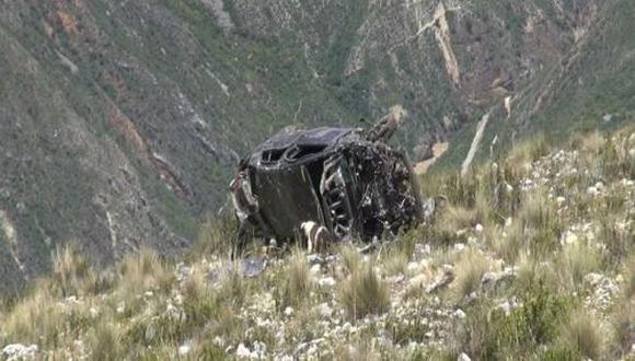 Miembros de la Policía, en coordinación con el subprefecto de Acostambo, Diógenes Silva, recuperaron los cadáveres de los infortunados pasajeros. (Foto: Andina)