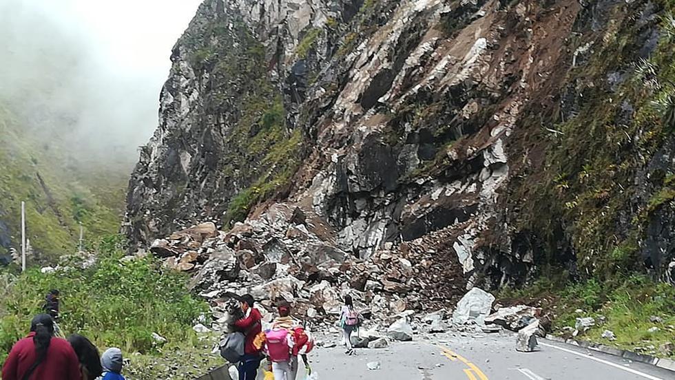 Vehículos varados tras derrumbe en la carretera Macusani - Ollachea (Foto: Facebook)