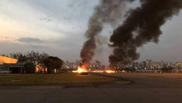 El piloto de la avioneta quedó atrapado en la cabina y no logró ser rescatado con vida por los bomberos | Foto: Twitter / @lemusteleSUR