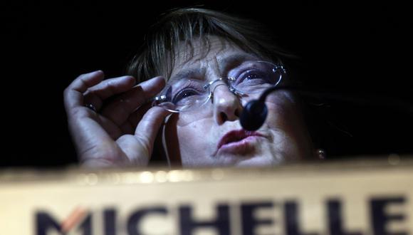 GANÓ, PERO... Si expresidenta logra vencer a oficialista Matthei, tendrá duro escollo en el Parlamento. (AP)
