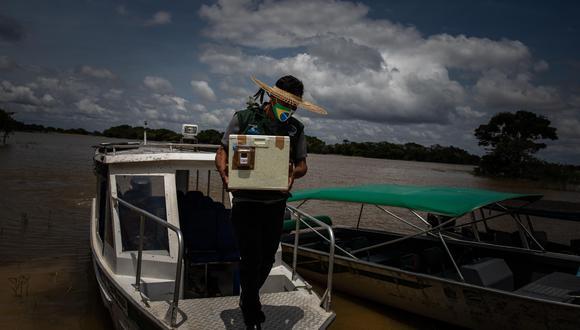 Ilair Mura, agente de salud del pueblo Mura, se dirige en una lancha rápida a buscar las dosis de vacuna designadas para la aldea Soares, en el municipio de Autazes, estado de Amazonas (Brasil). (Foto: EFE)