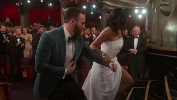 ¡Encantador! Chris Evans y su amable gesto con Regina King en los Oscar 2019. (Captura)