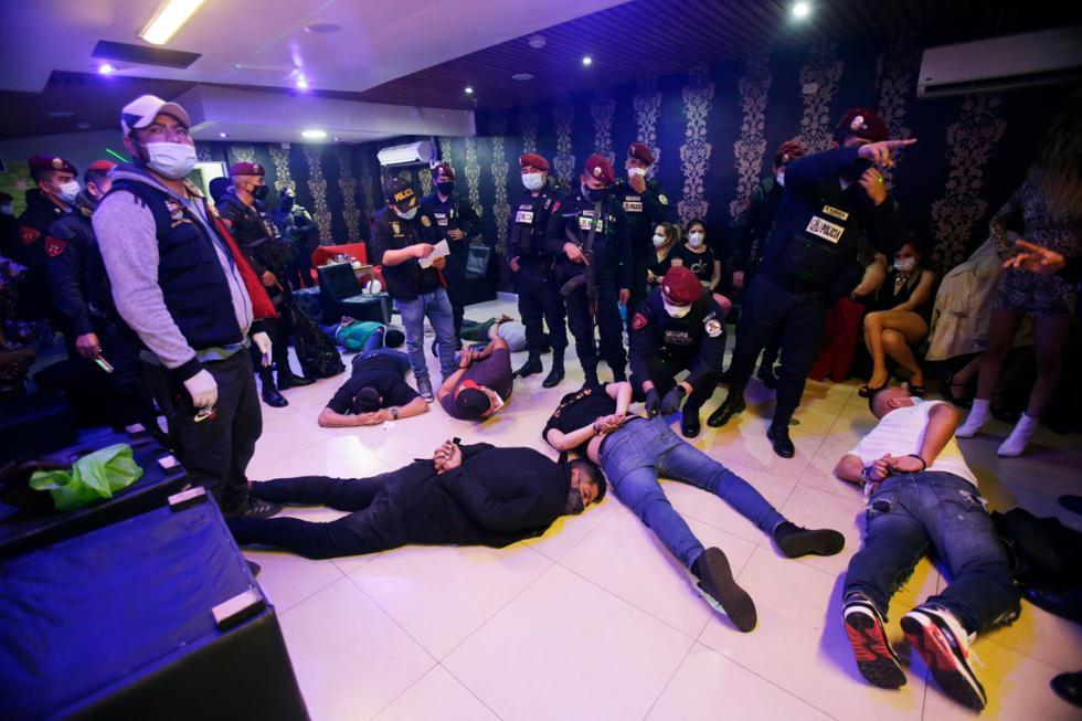 22 hombres fueron encontrados en el local bebiendo licor.  (Foto: Cesar Grados / GEC)