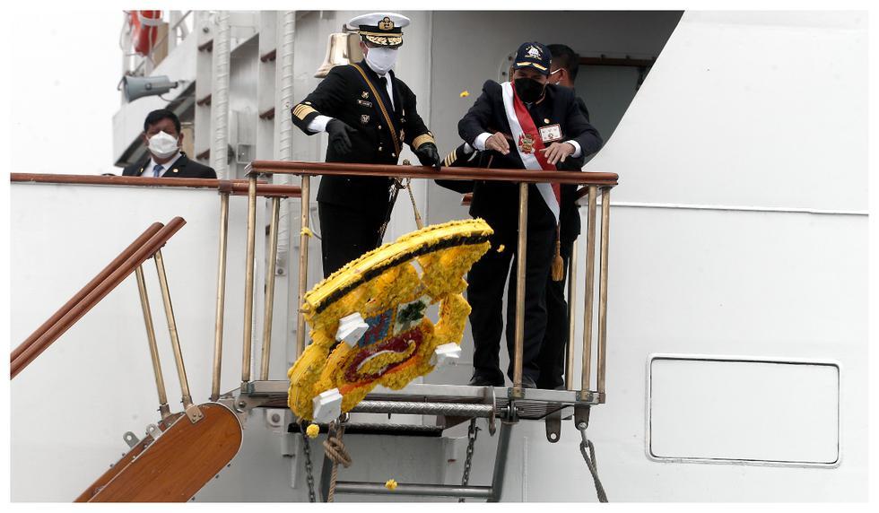Presidente Pedro Castillo, rinde honores y lanza una ofrenda floral en memoria del Gran Almirante Miguel Grau Seminario en el Callao. Foto: César Campos / @photo.gec