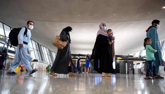 Los refugiados afganos llegan al aeropuerto internacional de Dulles el 27 de agosto de 2021 en Dulles, Virginia, después de ser evacuados de Kabul tras la toma de Afganistán por los talibanes. (Olivier DOULIERY / AFP).