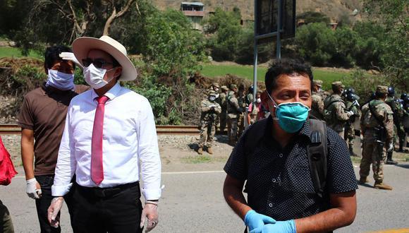 El congresista Posemoscrowte Chagua (derecha) acompañó la semana pasada a cientos de personas que iniciaron un viaje a pie al centro del país. (Hugo Curotto/GEC)