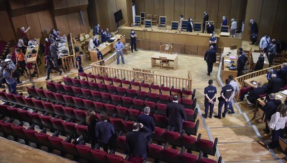 Una vista general de la sala del tribunal y de la juez que preside Maria Lepenioti durante el juicio del partido Amanecer Dorado, en Atenas el pasado 12 de octubre de 2020. (LOUISA GOULIAMAKI / AFP)
