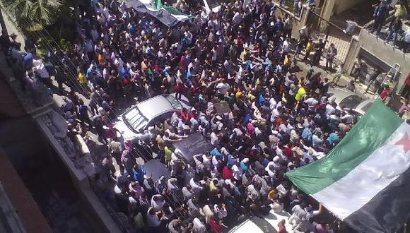 Movilización registrada hoy en Homs. (Reuters)