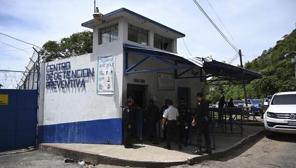 La policía de Guatemala ingresa al penal Centro Preventivo de Hombres para una inspección. (Foto referencial, Johan ORDONEZ / AFP).