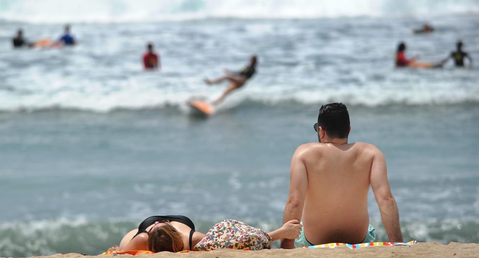 Turistas se relajan en la playa de Kuta en la isla turística de Bali, Indonesia, en 2019. (Foto: SONNY TUMBELAKA / AFP)